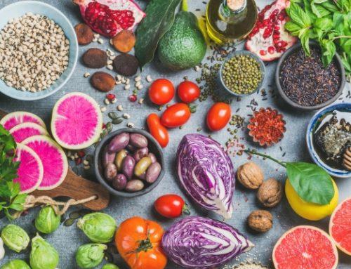 Alimentos ricos em flavonoides como frutos vermelhos, maçãs ou chá poderão diminuir o risco de Alzheimer e demências relacionadas.