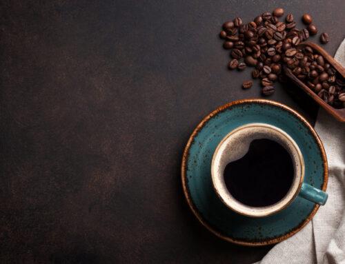 O café poderá aumentar a sobrevivência em pessoas com cancro colorretal (e outros benefícios).