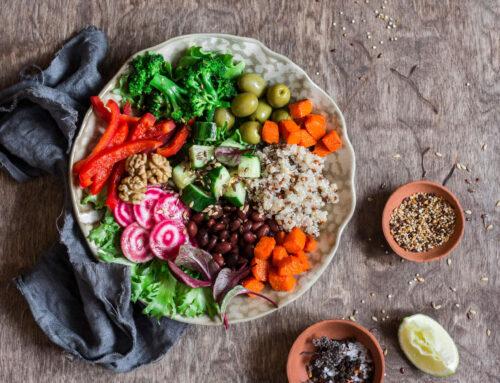 Dietas de base vegetal poderão diminuir o risco e a severidade de COVID-19. Carnes processadas poderão aumentar o risco da doença.